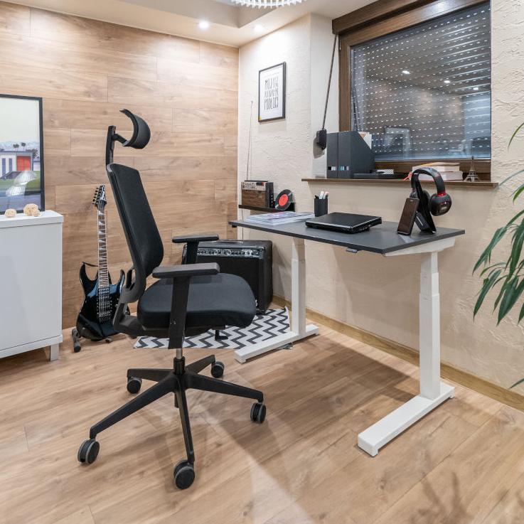 Biurko z regulowaną wysokością, praca z domu